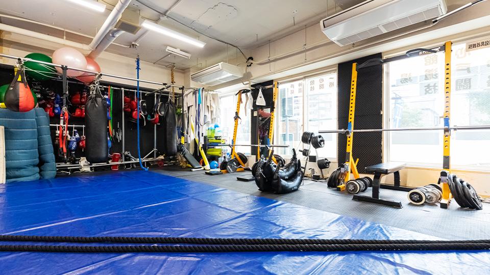 格闘技用マットスペースと、 アスリートも満足の運動器具。